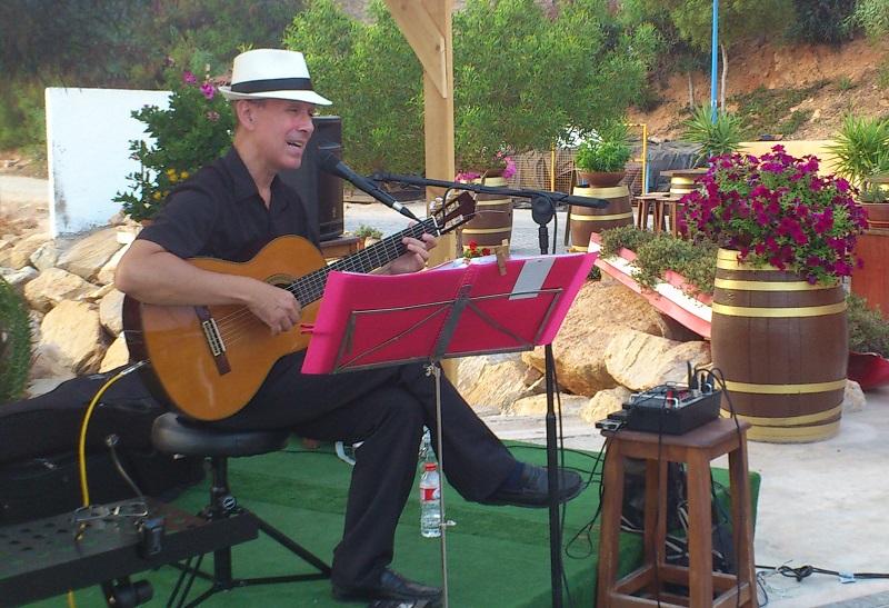 Guitarra y voz - actuación en Cabo Roig