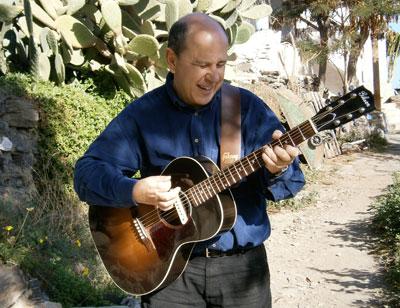 Ramon Leal con su guitarra acústica, al sol de Almería