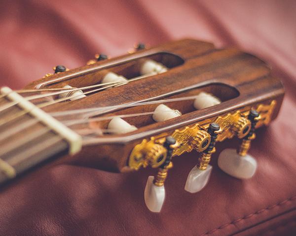 Como afinar una guitarra, con afinador o de oído.